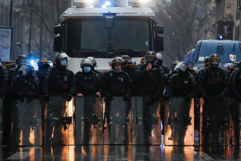 La policía antidisturbios francesa guarda fila durante las protestas contra la brutalidad policial en Francia. El 16 de enero de 2021.