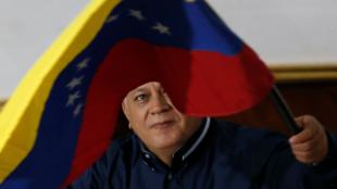 Archivo: el presidente de la Asamblea Nacional Constituyente de Venezuela, Diosdado Cabello, sostiene una bandera.