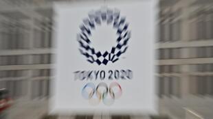 شعار دورة الألعاب الأولمبية طوكيو 2020 بعد يومين من تأجيلها، في طوكيو في 26 آذار/مارس 2020.