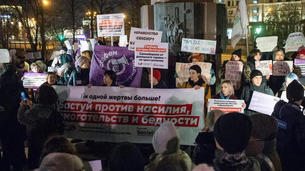 Un grupo de personas realizan una marcha contra la violencia doméstica en Moscú, el 25 de noviembre de 2019.