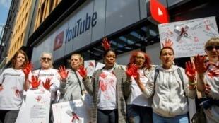 Des activistes manifestent devant le siège de YouTube à Londres, le 10 mai 2019