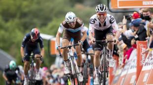 Le Français Benoît Cosnefroy (g) battu au sprint par le Suisse Marc Hirschi sur la ligne d'arrivée de la Flèche Wallonne, au sommet du Mur de Huy, le 30 septembre 2020