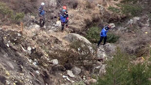 Sur les lieux du crash, les débris de l'appareil sont éparpillés à flanc de montagne.