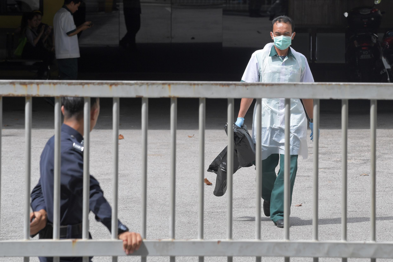 Un employé du centre médico-légal de Kuala Lumpur, où le corps de Kim Jong-nam a été autopsié.