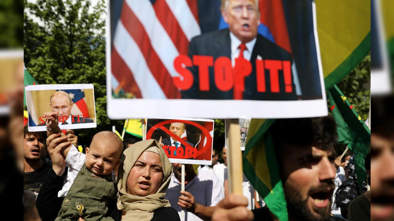 Los kurdos que viven en Chipre participan en una manifestación contra la acción militar de Turquía en el noreste de Siria, frente a la Embajada de los Estados Unidos en Nicosia, Chipre, el 10 de octubre de 2019.