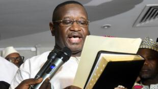 El candidato de la oposición y ex líder de la junta militar, Julius Maada Bio, presta juramento como nuevo presidente de Sierra Leona en Freetown, el 4 de abril de 2018.