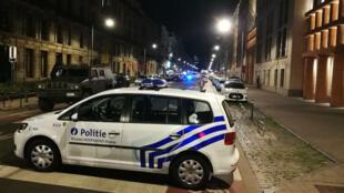 Des policiers patrouillent boulevard Émile Jacqmain, dans le centre de Bruxelles, le 25 août 2017.