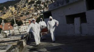 Un mort du coronavirus transporté au cimetière à Rio de Janeiro, le 18 mai 2020.