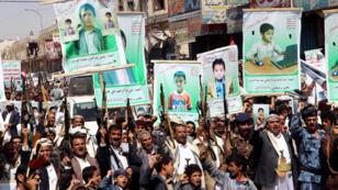 Seguidores de los rebeldes hutíes manifestaron su rechazo a una oferta de la coalición encabezada por Arabia Saudita que pretendía indemnizar a las víctimas de un ataque aéreo de agosto pasado, en Saada, Yemen, el 5 de septiembre de 2018.