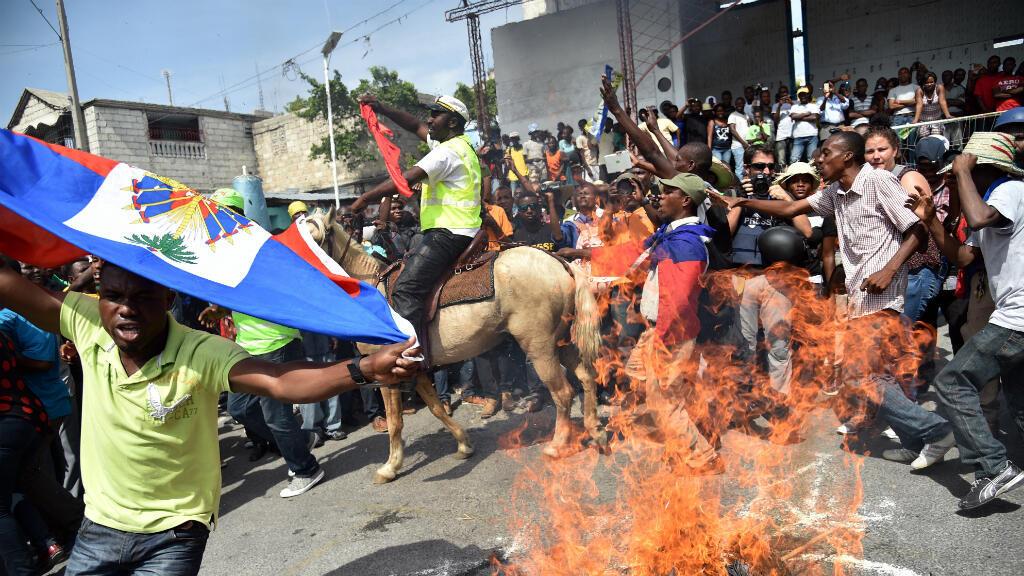 Des opposants pratiquent une danse vaudou lors d'une manifestation, le 11 novembre 2015 à Port-au-Prince.