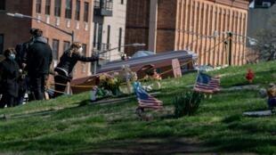 صور لتوابيت الوفيات جراء فيروس كورونا في ولاية نيويورك