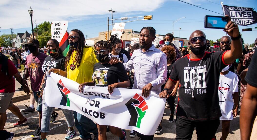Letetra Wideman, hermana de Jacob Blake, encabeza una marcha contra el racismo, en Kenosha, Wisconsin, Estados Unidos, el 29 de agosto de 2020.