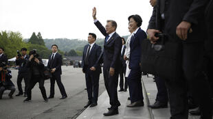 Moon Jae-In salue ses partisans à Séoul le 10 mai 2017.