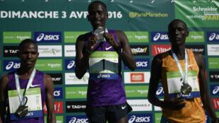 Le Kényan Cyprian Kotut vainqueur du marathon de Paris, suivi de près par ses compatriotes Laban Korir et Stephen Chemlany.