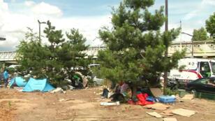 À quelques mètres du centre humanitaire pour migrants ouvert à Paris, les migrants vivent au milieu des déchets.