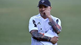 Le nouvel entraîneur de l'Atlético Mineiro, l'Argentin Jorge Sampaoli, lors d'un entraînement, après sa présentation officielle, le 9 mars 2020 à Vespasiano (Brésil)