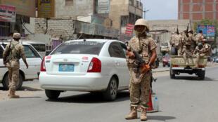قوات موالية للحكومة على طريق في عدن في 28 كانون الثاني/يناير 2018.