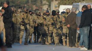 Des membres des forces de l'ordre déployés aux abords d'une maison d'Oued Ellil, où des terroristes présumés sont retranchés.
