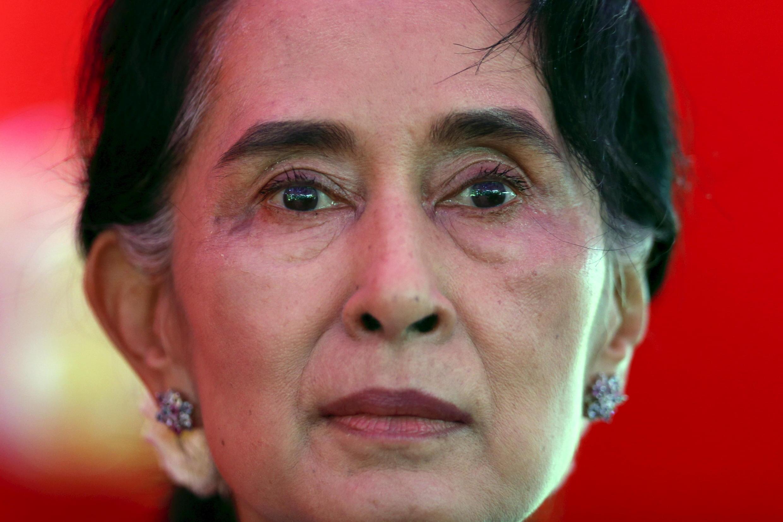 FOTO DE ARCHIVO: La líder del Partido Liga Nacional para la Democracia de Myanmar, Aung San Suu Kyi, habla a los medios de comunicación sobre las próximas elecciones generales, durante una conferencia de prensa en su casa en Yangon el 5 de noviembre de 2015.