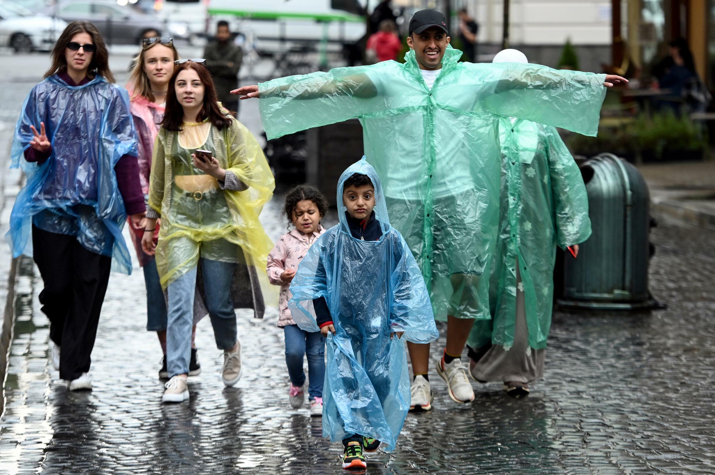 سائحون من دول الخليج في شوارع لفيف 17 أغسطس 2021 تحت المطر