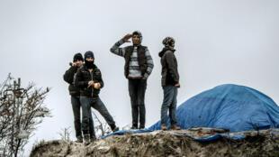 Près de 1 300 enfants et adolescents peuplent la jungle de Calais.