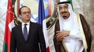 هولاند والملك السعودي خلال القمة الخليجية