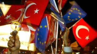 Le projet d'accord UE-Turquie sur les migrants ébauché lundi 7 mars 2016 a suscité des questions à propos de sa compatibilité avec les droits de l'Homme.