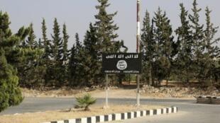 Una bandera del grupo Estado Islámico cerca de la ciudad de Manbij, en Siria, el 23 de junio del 2016.