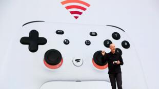 El vicepresidente y gerente general de Google, Phil Harrison, muestra al nuevo controlador Stadia mientras habla durante la Conferencia de Desarrolladores de Juegos el 19 de marzo.