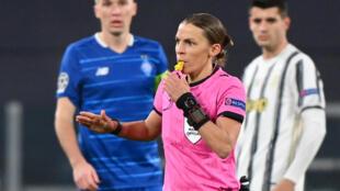 L'arbitre française Stéphanie Frappart, lors du match de la Ligue des Champions (poule G) entre la Juventus Turin et le Dynamo Kiev, le 2 décembre 2020 à Turin
