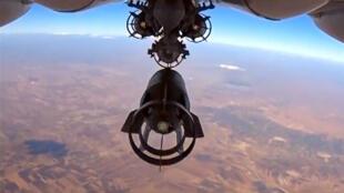Avions de combat russe Su-24 qui lâche des bombes lors d'un raid aérien en Syrie.