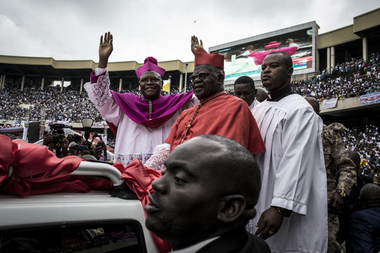 Le nouvel archevêque de Kinshasa Fridolin Ambongo harangue la foule, le 25 novembre.
