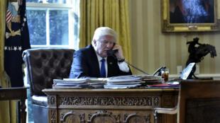 Le président américain Donald Trump au téléphone, samedi, avec le président russe Vladimir Poutine.