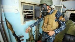 عنصر من القوات العراقية يضع قناعا مضادا للغازات السامة في الموصل في 16 نيسان/أبريل 2017