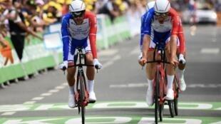 Le Français Thibaut Pinot (g) lors de la 2e étape du Tour de France le 7 juillet 2019