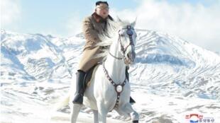 Una foto sin fecha publicada por la agencia oficial KCNA muestra a Kim Jong-un sobre un caballo en el monte sagrado Paektu.