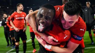 Fous de joie, les Rennais James Lea Siliki et Ramy Bensebaini célèbrent leur victoire contre Arsenal.