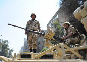 Soldiers watch traffic from their armoured vehicle in downtown Cairo. © Mehdi Chebil/FRANCE 24