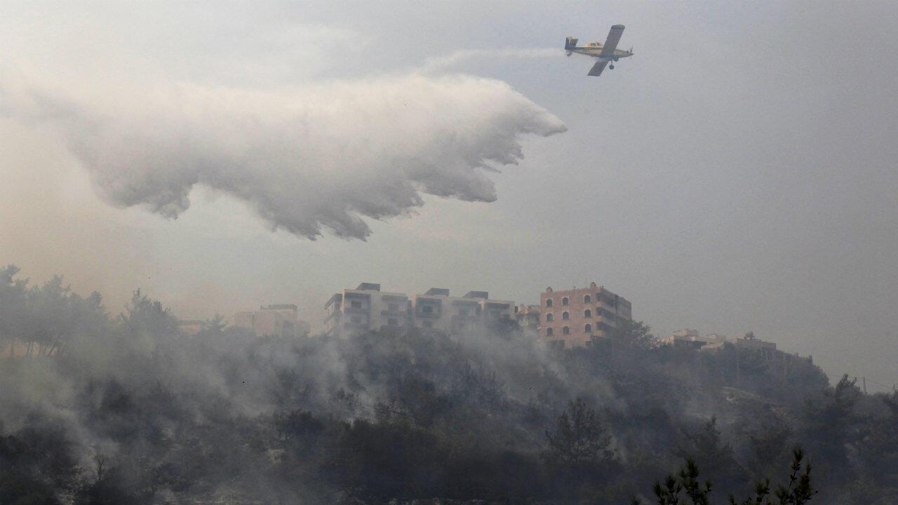 Un avion engagé dans la lutte contre le feu au-dessus du village de Dibbiyeh, au sud de Beyrouth, le 15octobre2019.
