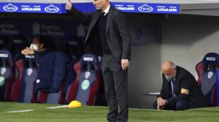 مدرب ريال مدريد الفرنسي زين الدين زيدان يوجه لاعبيه في المباراة ضد هويسكا في الدوري الاسباني في 6 شباط/فبراير 2021.