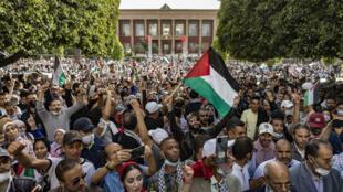 مغربيون يتظاهرون في العاصمة الرباط دعماً للفلسطينيين ورفضاً لتطبيع العلاقات مع إسرائيل في 16 أيار/مايو.