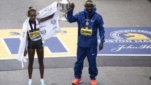 L'Ethiopienne Worknesh Degeva (g) et le Kenyan Lawrence Cherono remportent le marathon de Boston le 14 avril 2019