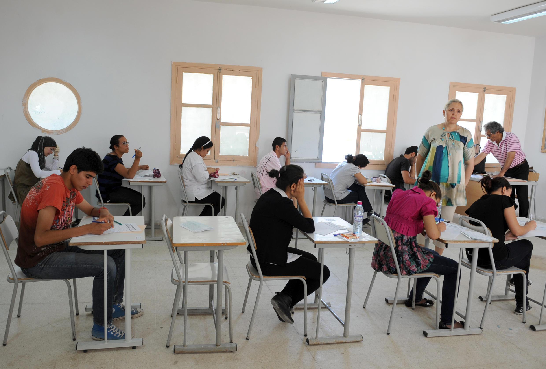 Des lycéens tunisiens dans une salle d'examen à Tunis, en juin 20112.