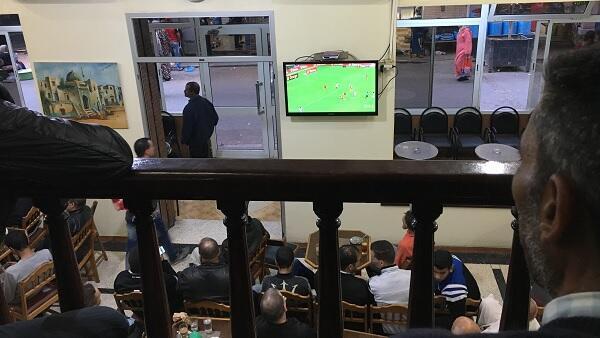كثيرون تابعوا المباراة في المقاهي