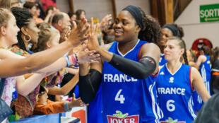 Isabelle Yacoubou et l'équipe de France de basket lors de la préparation à l'Euro-2015.