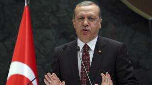 """Le président turc Recep Tayyip Erdogan a dénoncé l'""""hypocrisie"""" des Européens sur la question de l'exemption de visas pour les citoyens turcs."""