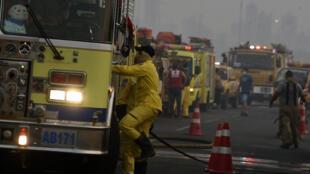 Bomberos corren a combatir las llamas en la costanera de Asunción el 29 de agosto de 2020