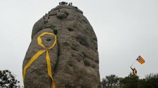 Lazo amarillo gigante en apoyo a los exfuncionarios catalanes detenidos, considerados presos políticos. 28 de abril de 2018.