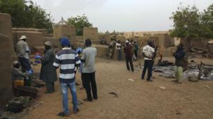 Le chef du gouvernement, Boubou Cissé, sur les lieux du massacre perpétré le dimanche 9 juin.