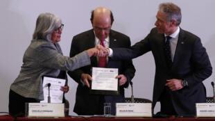 La secretaria de Economía, Graciela Márquez (izquierda), y el secretario de comercio de Estados Unidos, Wibur Ross (centro), y el subsecretario de comercio para la propiedad intelectual, y director de la oficina de patentes y marcas de EE. UU., Andrei Iancu (derecha), firman el memorando de colaboración técnica y estratégica entre la Oficina de Patentes y Marcas de EE. UU. (USPTO) y el Instituto Mexicano de la Propiedad Industrial (IMPI), en Ciudad de México, México, el 28 de enero de 2020.
